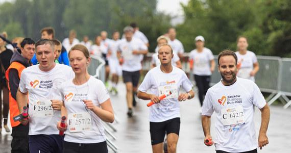 Już 3 września Kraków Business Run wystartuje, by pomóc stanąć na nogi osobom po amputacjach i z niepełnosprawnością ruchową. Organizatorzy właśnie poinformowali o zmianie dotychczasowej trasy oraz o planowanym przyjęciu dodatkowych drużyn na listę startową.
