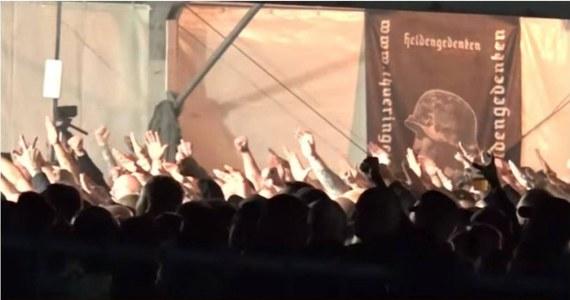 6 tysięcy niemieckich neonazistów bawiło się na koncercie w Themar. Większość z rękoma wyciągniętymi w hitlerowskim pozdrowieniu - pisze niemiecka prasa publikując krótki filmik, nakręcony telefonem komórkowym i umieszczony w internecie przez jednego z uczestników koncertu. I pada pytanie: Dlaczego nikt ich nie powstrzymał? Odpowiedzi na to pytanie na razie brak.