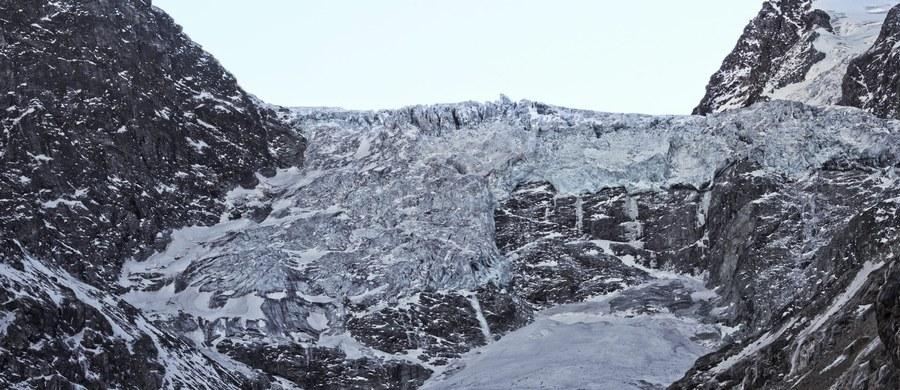 Zamrożone ciała szwajcarskiej pary, która zaginęła 75 lat temu w Alpach, zostały znalezione na topniejącym lodowcu - podały szwajcarskie media.