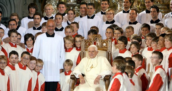 Co najmniej 547 chłopców z chóru Domspatzen (Katedralne wróbelki) w Ratyzbonie padło ofiarą przemocy fizycznej lub seksualnej - wynika z opublikowanego końcowego raportu sporządzonego przez adwokata Ulricha Webera na polecenie Kościoła katolickiego.