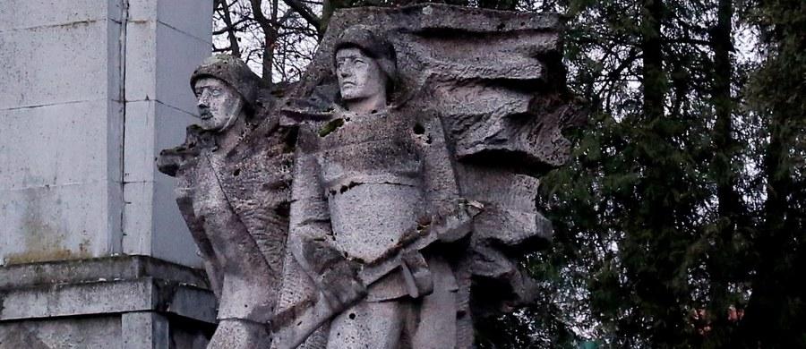 """MSZ Rosji zarzuciło władzom Polski """"oburzającą prowokację"""" w związku z nowelą ustawy o zakazie propagowania komunizmu, przewidującą - jak zauważył resort - usunięcie pomników żołnierzy radzieckich. MSZ oznajmiło, że nie pozostanie to """"bez konsekwencji""""."""