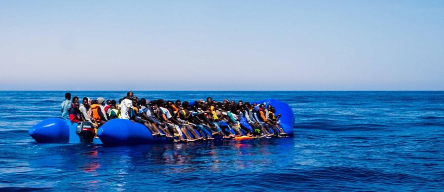 """Przerzut migrantów do Włoch przynosi przemytnikom zyski w wysokości co najmniej 400 milionów dolarów rocznie - pisze dziennik """"Corriere della Sera"""". Gazeta dodaje, że gangi wymuszają też okup za porwanych migrantów."""