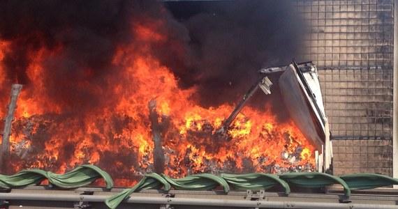 Kilka godzin trwało usuwanie wraku ciężarówki, która spłonęła na autostradowej obwodnicy Krakowa. Kierowcy nic się nie stało. Ruch w kierunku Katowic wciąż odbywa się tylko jednym pasem. I tak będzie co najmniej do czwartku. Po usunięciu wraku okazało się, że nawierzchnia nie nadaje się do dalszego użytkowania, dlatego podjęto decyzję o jej wymianie. Informację o stojącej w płomieniach ciężarówce otrzymaliśmy od naszych słuchaczy. Na adres naszej redakcji kierowcy przesłali filmy i zdjęcia.