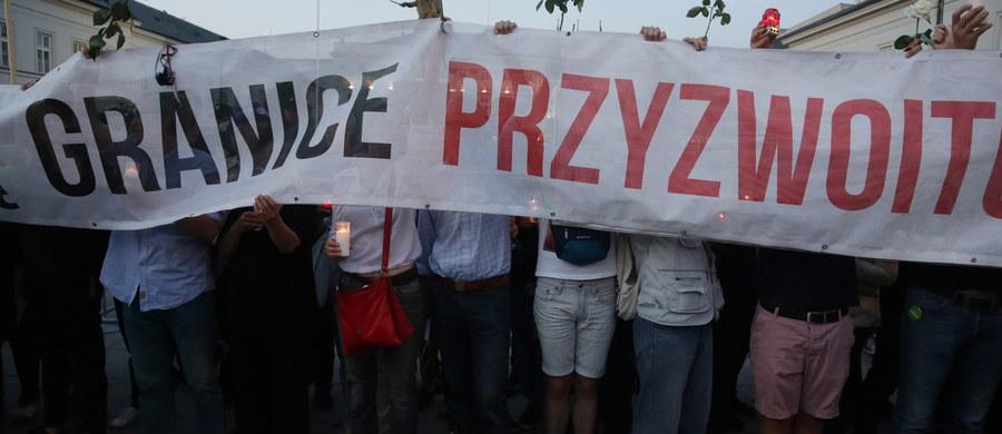 """Już jutro sejmowa komisja etyki poselskiej zajmie się wypowiedzią Jarosława Kaczyńskiego. Prezes Prawa i Sprawiedliwości we wtorek w nocy podczas drugiego czytania poselskiego projektu nowej ustawy o Sądzie Najwyższym w reakcji na słowa Borysa Budki z PO powiedział: """"Przepraszam bardzo panie marszałku, ale ja bez żadnego trybu. Wiem, że boicie się prawdy, ale nie wycierajcie swoich mord zdradzieckich nazwiskiem mojego śp. brata, niszczyliście go, zamordowaliście go, jesteście kanaliami"""". Ponadto posłowie Nowoczesnej PO i PSL składają do prokuratury zawiadomienie o możliwości popełnienia przestępstwa przez prezesa PiS. Przygotowują też prywatne akty oskarżenia o zniesławienie."""
