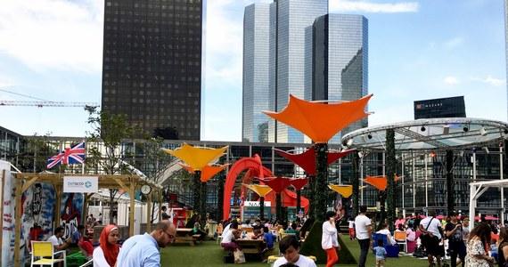 Fala rekordowych upałów we Francji! W największej europejskiej dzielnicy biznesu La Defense pod Paryżem ustawiono na trawnikach plażowe parasole, leżaki i krzesła ogrodowe. Pracownicy wielkich koncernów raczej jednak z nich nie korzystają.