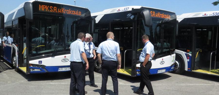 Kraków otrzymał 77 autobusów przegubowych z silnikami spełniającymi najwyższą europejską normę emisji spalin Euro 6.  Jak podkreślają władze Krakowa, jest to największa jednorazowa dostawa nowych autobusów w historii krakowskiego Miejskiego Przedsiębiorstwa Komunikacyjnego. Pojazdy w środę wyjechały na trasy na kilkunastu liniach.