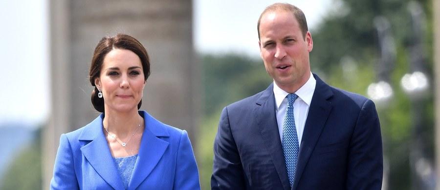 """Brytyjska para książęca bardzo pracowicie spędziła pierwszy dzień wizyty w Niemczech. William i Kate spotkali się z kanclerz Angelą Merkel, odwiedzili Bramę Brandenburską i Pomnik Ofiar Holokaustu oraz rozmawiali z działaczami organizacji charytatywnych. Pierwsza wizyta księcia i księżnej Cambridge wraz z dziećmi w Niemczech interpretowana jest przez media jako """"szarmancki gest"""" pod adresem Berlina w czasach trudnych negocjacji o wyjściu Wielkiej Brytanii z Unii Europejskiej."""