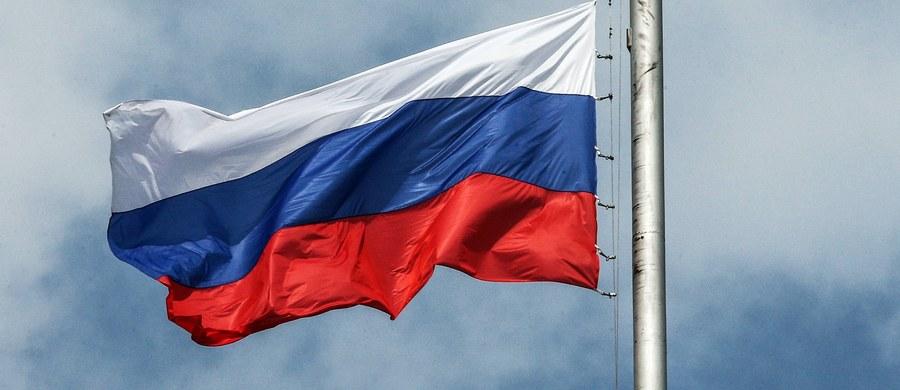 """Duma Państwowa, niższa izba parlamentu Rosji, przyjęła w środę apel, w którym określa polską ustawę o zakazie propagowania komunizmu jako """"bluźnierczy akt"""" i oznajmia, że nie można wybaczyć tym, """"którzy znieważają pamięć żołnierzy"""" Armii Czerwonej."""