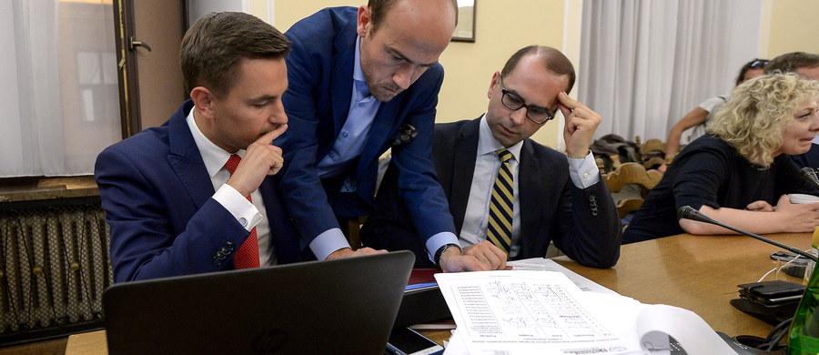 """Zakończyło się posiedzenie sejmowej komisji sprawiedliwości i praw człowieka dotyczące zaopiniowania 1300 poprawek zgłoszonych w II czytaniu do projektu nowej ustawy o Sądzie Najwyższym. Komisja przyjęła poprawki PiS, odrzucając wszystkie poprawki zgłoszone przez kluby opozycji parlamentarnej. Atmosfera była niezwykle gorąca, posłowie opozycji zarzucili PiS-owi dążenie do przeprowadzenia """"zamachu stanu"""" i wprowadzenia """"dyktatury"""". Jednocześnie w wielu miastach Polski odbyły się protesty pod hasłem """"Łańcuch Światła"""" przeciwko zmianom w sądownictwie autorstwa Prawa i sprawiedliwości."""