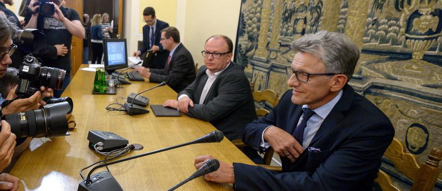 Zachowanie polityków opozycji podczas obrad sejmowej komisji sprawiedliwości było skandaliczne, godzące w podstawy demokracji - ocenił przewodniczący komisji sprawiedliwości Stanisław Piotrowicz.