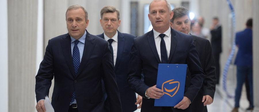 Proponujemy ukaranie osób, które będą głosowały lub kierowały projektami niszczącymi polską wolność pozbawieniem wolności na czas nie krótszy od lat 5 oraz kary dla tych, którzy skorzystają na takich przepisach - powiedział szef klubu PO Sławomir Neumann.