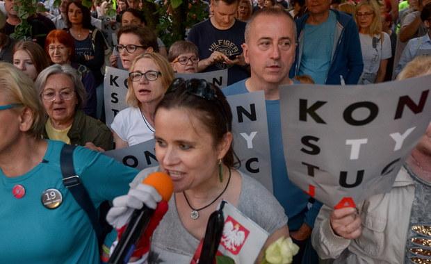 Senat przyjął bez poprawek ustawę o Sądzie Najwyższym. Ustawa przewiduje m.in. możliwość przeniesienia obecnych sędziów SN w stan spoczynku. Opozycja, według której ustawa jest niekonstytucyjna, apeluje o weto prezydenta. Piątek był także kolejnym dniem protestów przeciwko zmianom w sądownictwie. Kilkaset osób zebrało się przed Sądem Najwyższym w Warszawie, protesty odbyły się również w innych miastach.