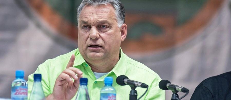 """""""Inkwizycyjna"""" kampania prowadzona przeciw Polsce przez Unię Europejską nie powiedzie się, bo Węgry wykorzystają każdą przewidzianą prawem możliwość w UE, by okazać solidarność z Polską – oznajmił węgierski premier Viktor Orban. Frans Timmermans, wiceprzewodniczący Komisji Europejskiej, w środę powiadomił, że KE jest bliska uruchomienia art. 7 traktatu unijnego, przewidującego sankcje, w związku z planowanymi w Polsce zmianami w sądownictwie. Ocenił, że ustawy o Krajowej Radzie Sądownictwa, o sądach powszechnych i projekt ustawy o Sądzie Najwyższym znacząco """"zwiększają systemowe zagrożenie dla rządów prawa"""" w Polsce. Przypomniał też, że KE już w 2016 roku w swoich rekomendacjach oceniała, iż w Polsce istnieje systemowe zagrożenie dla praworządności."""