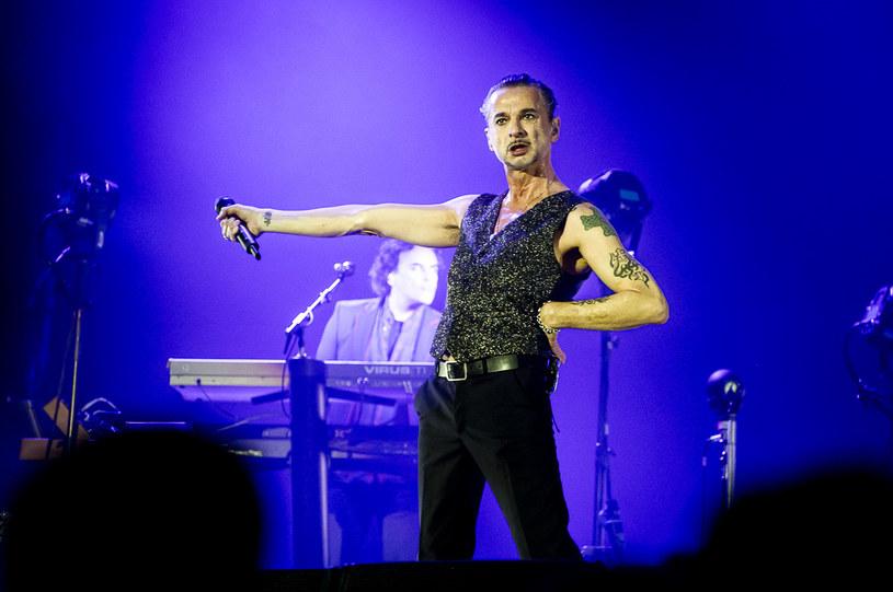 Czy ten piątek, kończący nerwowy tydzień pracy i zaczynający weekend, mógł dla Warszawy skończyć się lepiej niż odśpiewaniem kultowych piosenek, które przez dekady urosły do rangi hymnów i spacerem zamkniętym dla pojazdów mechanicznych pięknym mostem Poniatowskiego. Taka okazja zdarza na przykład wtedy, kiedy do Warszawy przyjeżdża zespół Depeche Mode.