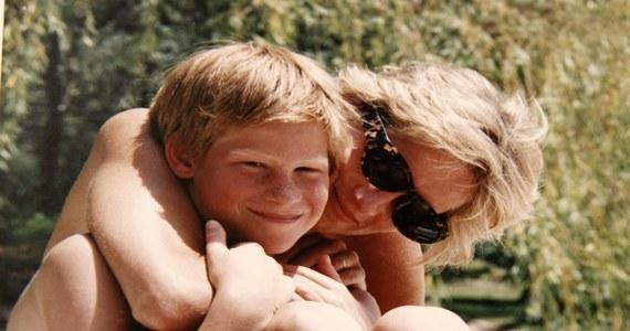 W poniedziałek amerykanka sieć telewizyjna HBO wyemituje film dokumentalny z udziałem Williama i Harry'ego, w którym książęta wspominają ostatnią rozmowę, jaką przeprowadzili z matką przez telefon. Była krótka, bo akurat bawili się z kuzynami i nie mieli czasu. Jak mówią, do dziś to wspomnienie ich prześladuje. Kilka godzin później księżna Diana zginęła w wypadku samochodowym w Paryżu.