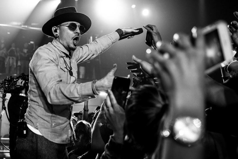 Tragiczna śmierć Chestera Benningtona sprawiła, że na oficjalnej stronie Linkin Park pojawiły się kontakty do organizacji pomagającej osobom z myślami samobójczymi.