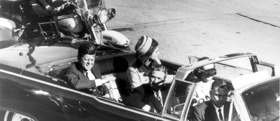 Archiwa Narodowe USA odtajniły ponad 400 niepublikowanych wcześniej dokumentów ze śledztw CIA i FBI w sprawie zabójstwa prezydenta Johna F. Kennedy'ego. Media wskazują m.in. na materiały z przesłuchania byłego agenta KGB.