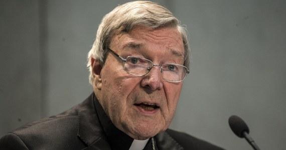 Eskortowany w tłumie przez kilkunastu policjantów stawił się przed sądem w Melbourne watykański prefekt Sekretariatu ds. Ekonomii kardynał George Pell. Rozpoczął się tam jego proces, w którym oskarżony jest o pedofilię przed wieloma laty.