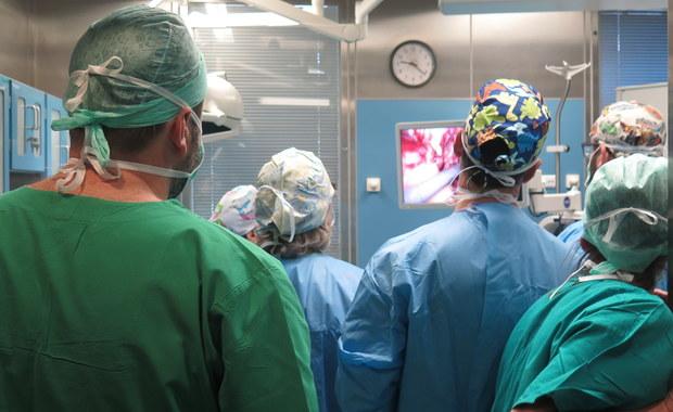 W Szpitalu Specjalistycznym im. Stefana Żeromskiego w Krakowie powstał Ośrodek Leczenia Przepuklin. To jedyne tego typu miejsce w Krakowie i w całej Małopolsce. Do tej pory pacjenci cierpiący na przepukliny brzuszne krążyli między szpitalami, szukając pomocy. Teraz będą mogli uzyskać pomoc w jednym miejscu.