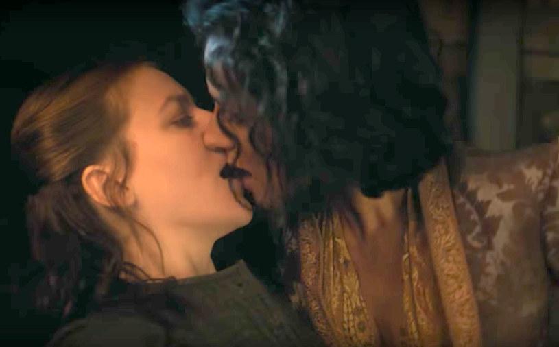 """Występujące w serialu """"Gra o tron"""" aktorki - Gemma Whelan i Indira Varma - przyznały, że erotycznej sceny między ich bohaterkami, którą mogliśmy oglądać w drugim odcinku siódmego sezonu show HBO, nie było wcześniej w scenariuszu."""