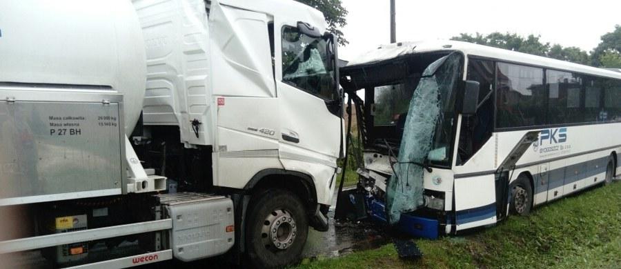 27 osób zostało poszkodowanych w wypadku w Trzemiętowie w okolicy Bydgoszczy, gdzie autobus czołowo zderzył się z cysterną wiozącą propan-butan. 9 rannych trafiło do szpitala.
