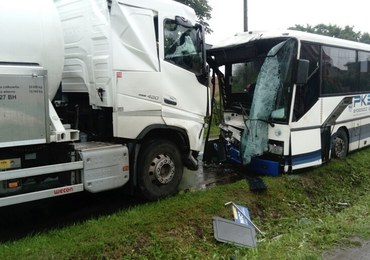 Groźny wypadek w Trzemiętowie. Autobus zderzył się czołowo  z ciężarówką