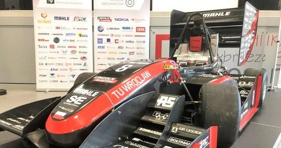 """To obecnie najlepsza formuła zbudowana przez studentów w Europie. Pojazd skonstruowany przez żaków Politechniki Wrocławskiej triumfował w zawodach Formuły Student we Włoszech. To pierwszy zespół, który odniósł taki sukces. Bolid RT08 przyspiesza do """"setki"""" w niespełna 3,5 sekundy."""