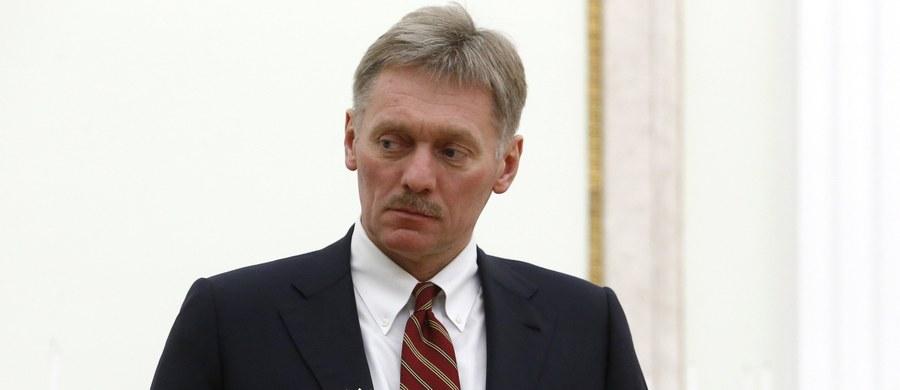 """Rzecznik Kremla Dmitrij Pieskow powiedział, że z punktu widzenia relacji dwustronnych przyjęcie w Izbie Reprezentantów USA ustawy o sankcjach wobec Rosji jest """"bardzo smutną wiadomością"""". Zaznaczył, że nie ocenia sankcji, dopóki nie weszły w życie."""