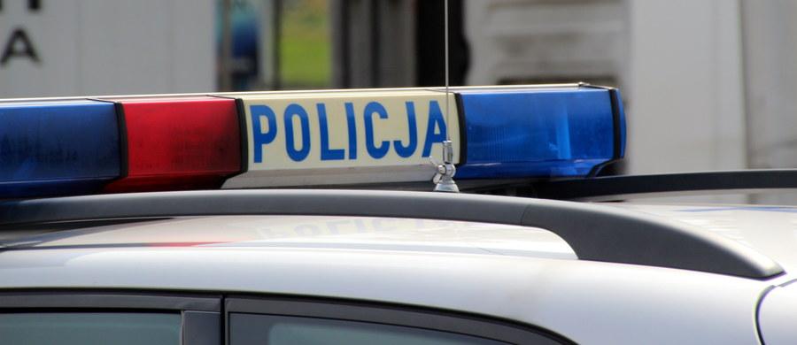 Policja w Tomaszowie Mazowieckim w Łódzkiem sprawdza, w jaki sposób dwuletni chłopiec wyszedł ze żłobka w tym mieście. Malca siedzącego na skraju jezdni zobaczyli przechodnie i zawiadomili policję.
