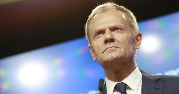 """Donald Tusk został wezwany przez prokuraturę na przesłuchanie - podał późnym wieczorem portal tvn24.pl, a informację tę potwierdził pełnomocnik Tuska mec. Roman Giertych. Poinformował także, że """"sprawa dotyczy Smoleńska"""". Zapowiedział, że szef Rady Europejskiej najprawdopodobniej stawi się w Prokuraturze Krajowej 3 sierpnia."""