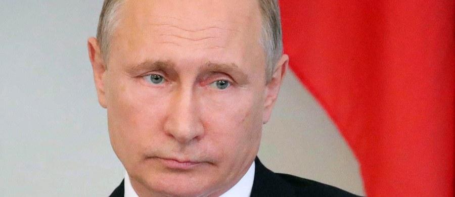 Liczba pracowników przedstawicielstw dyplomatycznych USA w Rosji ma być do 1 września zrównana z liczbą personelu rosyjskiego w placówkach w USA, czyli wynieść 455 osób; ambasada USA traci dostęp do magazynów i ośrodka wypoczynkowego w Moskwie - ogłosiło MSZ Rosji.