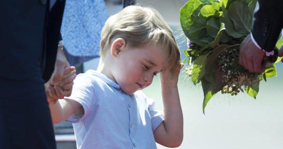 Już we wrześniu czteroletni syn księcia Williama i księżnej Kate pójdzie do przedszkola. Jak jednak donoszą brytyjskie media, czterolatek ma dylemat, którego nie znają inne dzieci. Młody arystokrata opływa w przywileje, ale nie ma… nazwiska.