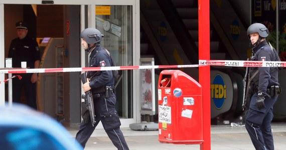 Niemiecka policja poinformowała, że w ataku nożownika w jednym z supermarketów w Hamburgu zginęła jedna osoba, a sześć zostało rannych. Sprawca został zatrzymany. Jak podała miejscowa policja, napastnik ma 26 lat i urodził się w Zjednoczonych Emiratach Arabskich. Obecnie sprawdzane jest jego obywatelstwo.