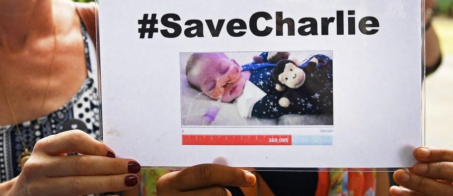 11-miesięczny chłopiec, który cierpiał na niezwykle rzadką chorobę genetyczną, zmarł w piątek w hospicjum, gdzie odłączono aparaturę podtrzymującą jego życie. O przeniesieniu dziecka do hospicjum zdecydował wczoraj sąd. Walkę rodziców o życie niemowlaka śledził cały świat. Swoje wsparcie oferowali m.in. Papież Franciszek i prezydent USA Donald Trump. Choroba, na którą cierpiał Charlie, powodowała stopniowe niszczenie mózgu i mięśni, a także wielopoziomowe zaburzenia układu odpornościowego i nie pozwalała na samodzielne funkcjonowanie organizmu bez wyspecjalizowanej opieki medycznej.
