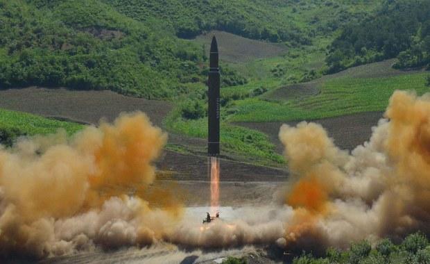 """W reakcji na przeprowadzoną w piątek przez Koreę Północną udaną próbę rakiety balistycznej, dowódcy z USA i Korei Południowej przedyskutowali """"możliwości reakcji militarnej"""" - podał Pentagon. Szef połączonych sztabów sił zbrojnych USA generał Joseph Dunford i dowódca amerykańskich sił w rejonie Pacyfiku admirał Harry Harris rozmawiali o tym z szefem połączonych sztabów Korei Południowej generałem Li Sun Dzinem."""
