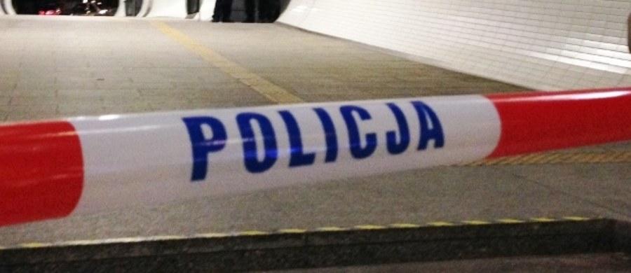 Ze wstępnych ustaleń wynika, że przyczyną zgonu 26-letniej kobiety, znalezionej w niedzielę w mieszkaniu przy ul. Estery, były ciosy nożem w klatkę piersiową - poinformował PAP rzecznik Prokuratury Okręgowej prok. Janusz Hnatko.