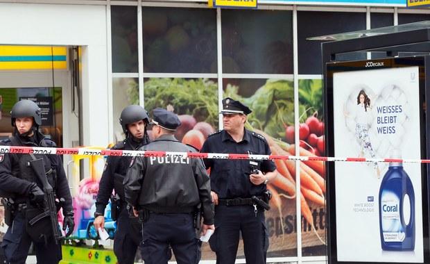 Szef MSW kraju związkowego Hamburga Andy Grote powiedział w sobotę, że 26-letni mężczyzna, który w piątek nożem kuchennym zabił jedną osobę, a siedem ranił, działał z pobudek islamistycznych oraz był osobą niestabilną psychicznie.