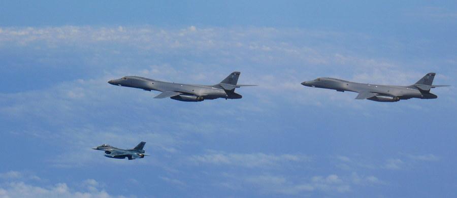 Amerykańskie bombowce i myśliwce przeprowadziły wspólnie z samolotami południowokoreańskimi ćwiczenia nad Półwyspem Koreańskim, co jest ostrzeżeniem dla Korei Północnej w związku z jej ostatnimi prowokacjami - oznajmiło ministerstwo obrony Korei Południowej.