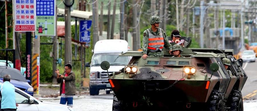 Wiejący z prędkością 119 km na godz. tajfun Nesat, który w niedzielę nad ranem pojawił się nad Tajwanem, sparaliżował życie na wyspie. Ponad 80 osób odniosło rany, z czego większość stanowią pracownicy służb ratowniczych. Dwie osoby są w ciężkim stanie.