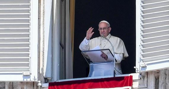 """Papież Franciszek zaapelował podczas spotkania z wiernymi w niedzielę w Watykanie o zwalczanie """"perwersyjnej plagi"""", jak nazwał proceder handlu ludźmi."""