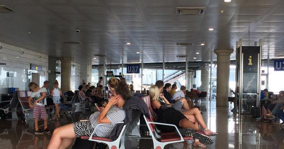 O ponad dwadzieścia godzin opóźnia się wylot samolotu z Barcelony do Warszawy po tym, jak wczoraj maszyna z kilkudziesięcioma Polakami na pokładzie zawróciła i lądowała awaryjnie. Informację o problemie z wylotem do Polski otrzymaliśmy na Gorącą Linię RMF FM.