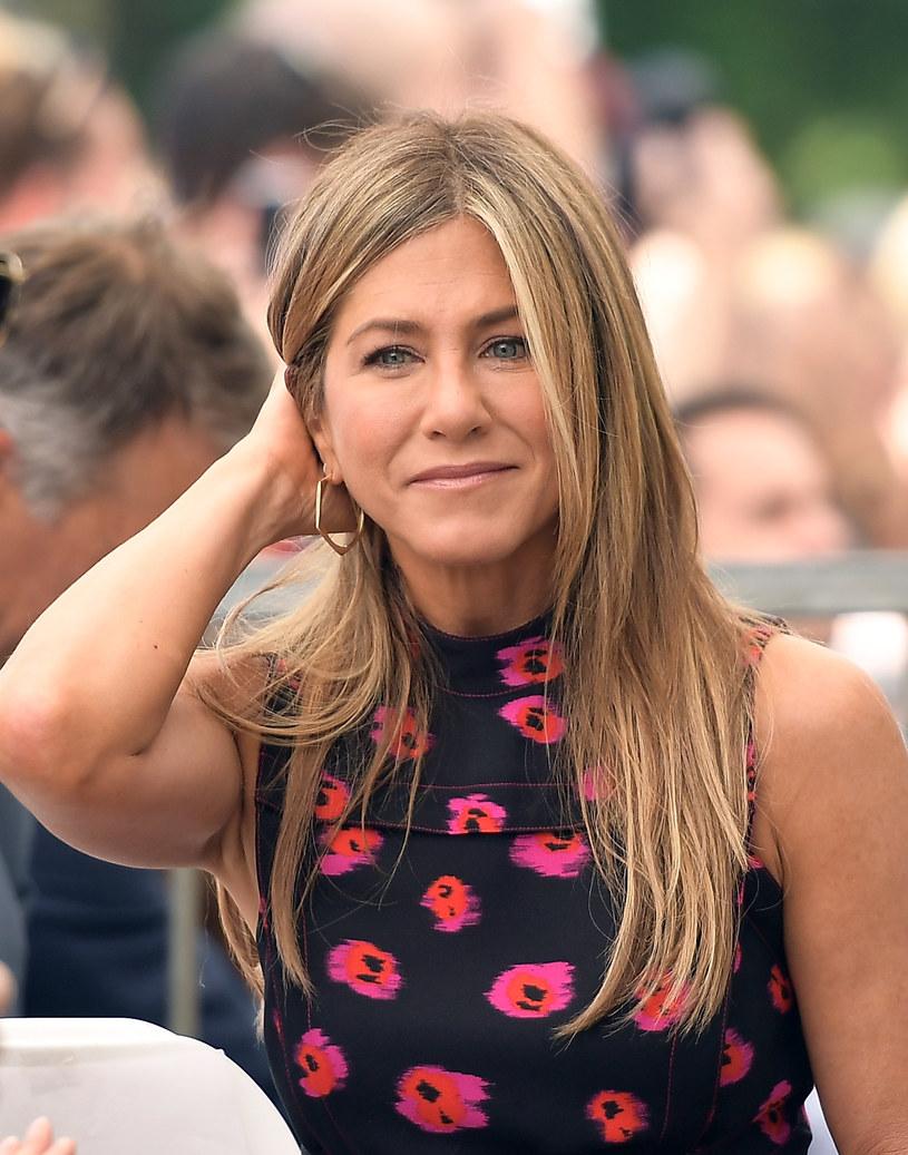 """Po zakończeniu serialu """"Przyjaciele"""" Jennifer Aniston zniknęła z małego ekranu. Teraz, po trzynastoletniej przerwie, aktorka wraca z nowym serialem. Na ekranie towarzyszyć jej będzie Reese Witherspoon."""