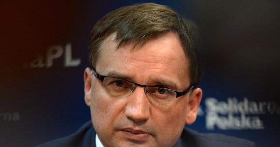 """""""Jeśli prezydent odrzuci radykalne reformy wymiaru sprawiedliwości, to wywoła poważny kryzys. To już nie będzie spór o taktykę, tylko o nadrzędne dla nas wartości"""" - mówi """"Gazecie Polskiej"""" minister sprawiedliwości Zbigniew Ziobro. Skomentował w ten sposób zawetowanie przez Andrzeja Dudę ustaw o Sądzie Najwyższym i KRS. """"Jak wszyscy zaangażowani w reformę, przyjąłem je ze smutkiem"""" - podkreślił. Zdaniem Ziobry, Polacy czekają na """"fundamentalną reformę sadownictwa"""". """"Musimy zerwać z zasadą, że sędziowie są państwem w państwie, rządzą się sami, bez społecznej kontroli"""" - zaznaczył."""
