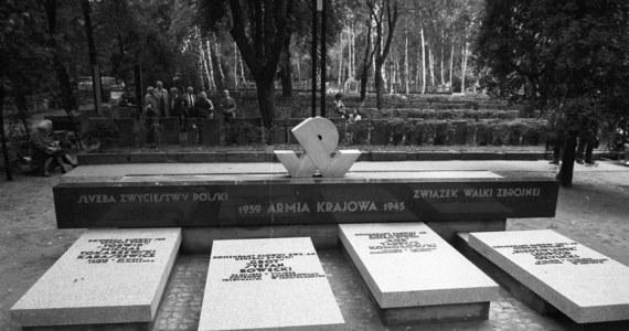 """73 lata temu, pomiędzy 2 a 7 sierpnia 1944 r., bezpośrednio po wybuchu Powstania Warszawskiego, na rozkaz szefa SS Heinricha Himmlera zamordowany został Komendant Główny Armii Krajowej gen. Stefan Rowecki """"Grot"""". Generał został schwytany przez Gestapo w Warszawie w czerwcu 1943 roku w wyniku zdrady. To ustalenia umorzonego w 2007 roku śledztwa, które przez ponad trzy lata prowadził szczeciński oddział IPN. Zebrane przez Instytut Pamięci Narodowej materiały wskazują, że to Himmler polecił komendantowi obozu w Sachsenhausen Antonowi Kaindlowi oraz komendantowi podobozu Zellenbau Kurtowi Eckariusowi natychmiastowe wykonanie egzekucji. Nie ma jednak na to bezpośredniego dowodu np. w postaci dokumentu zawierającego treść rozkazu."""
