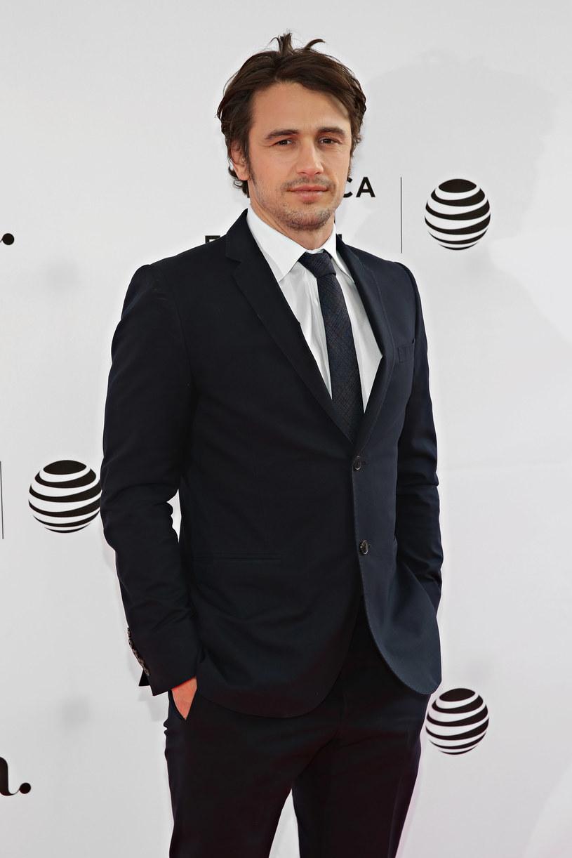 """James Franco zagrał bliźniaków w nowym serialu HBO """"The Deuce"""", został także reżyserem kilku odcinków produkcji. Jak przyznał, reżyserowanie scen seksu, w których swe wdzięki odsłania Maggie Gyllenhaal, odbyło się bez problemów, gdyż aktorka była """"nieustraszona""""."""