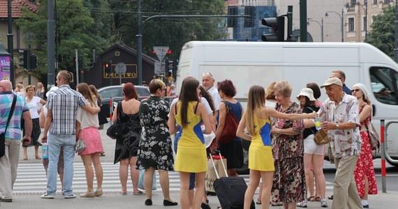 """Ponad 30 stopni C pokazywały około południa termometry w Krakowie. To temperatura w cieniu! Żeby pomóc Wam przetrwać gorący i upalny dzień wyruszyliśmy na ulice z """"akcją ratunkową"""". Rozdawaliśmy wodę spragnionym mieszkańcom."""