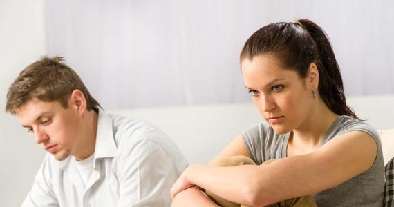 """W miastach częstotliwość rozwodów jest ponad dwukrotnie wyższa niż na wsiach - wynika z najnowszych danych Głównego Urzędu Statystycznego. Jak wyliczono, małżeństwa zakończone rozwodem trwają przeciętnie 14 lat. Według danych GUS spośród prawie 38,5 mln mieszkańców, 52 proc. to kobiety. Ich """"liczebna"""" przewaga jest widoczna głównie w miastach. Na 100 mężczyzn, przypada 111 kobiet. Na wsiach - średnio - 101."""
