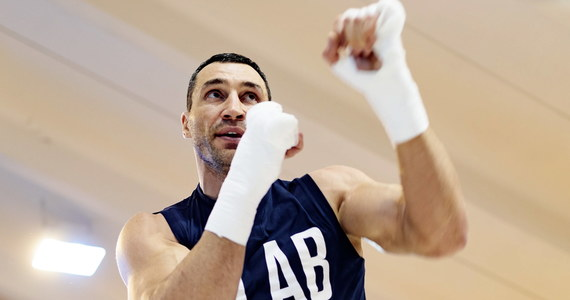 Władimir Kliczko przechodzi na bokserską emeryturę! 41-letni Ukrainiec opublikował nagranie wideo, w którym ogłasza zakończenie kariery w ringu. Oznacza to, że nie skrzyżuje rękawic w rewanżu z 27-letnim Brytyjczykiem Anthonym Joshuą, który w kwietniu pokonał go na Wembley przez techniczny nokaut.