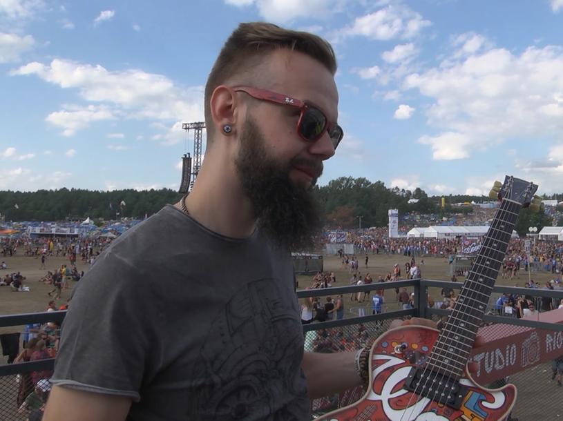 To już kilkuletnia tradycja - na Przystanku Woodstock prezentowana jest specjalna gitara malowana aerografem przez Szymona Chwalisza.