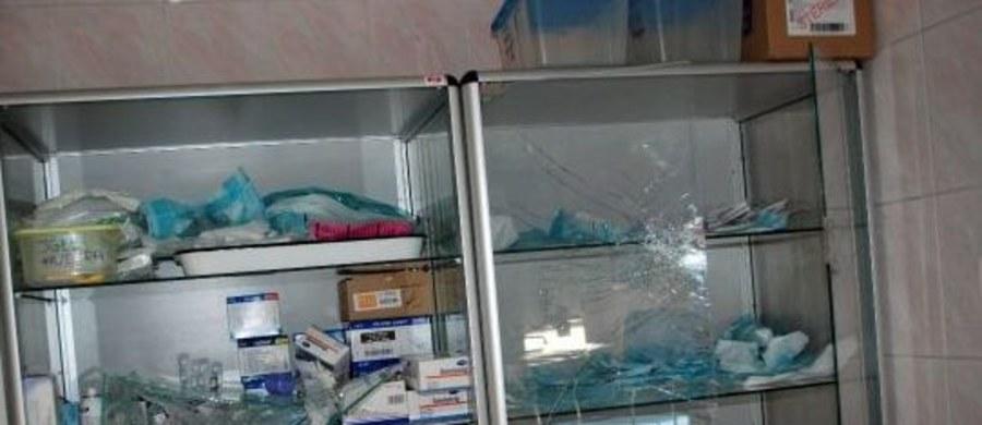 Zarzut zniszczenia mienia usłyszał 31-letni mężczyzna, który w niedzielę zdemolował szpitalny oddział ratunkowy w Jaśle na Podkarpaciu. Podejrzanemu grozi od 3 miesięcy do 5 lat więzienia.